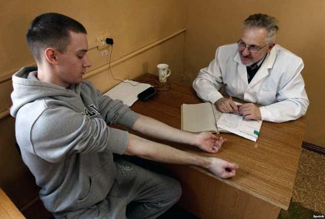 Сотрудник ГИБДД требует сдать экспресс-тест на наркотики – пописать в баночку: имеет ли право и что делать?